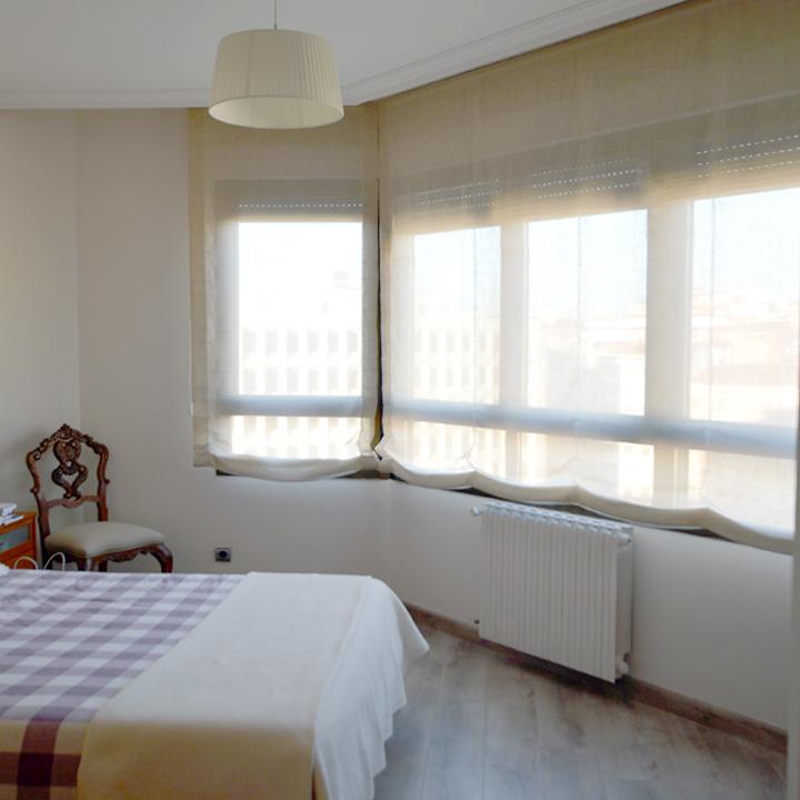 Dormitorio con estores paqueto leal interiorismo y dise o for Tipos de cortinas y estores
