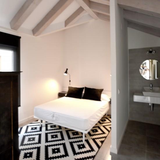 Dormitorio geométrico en blanco y negro