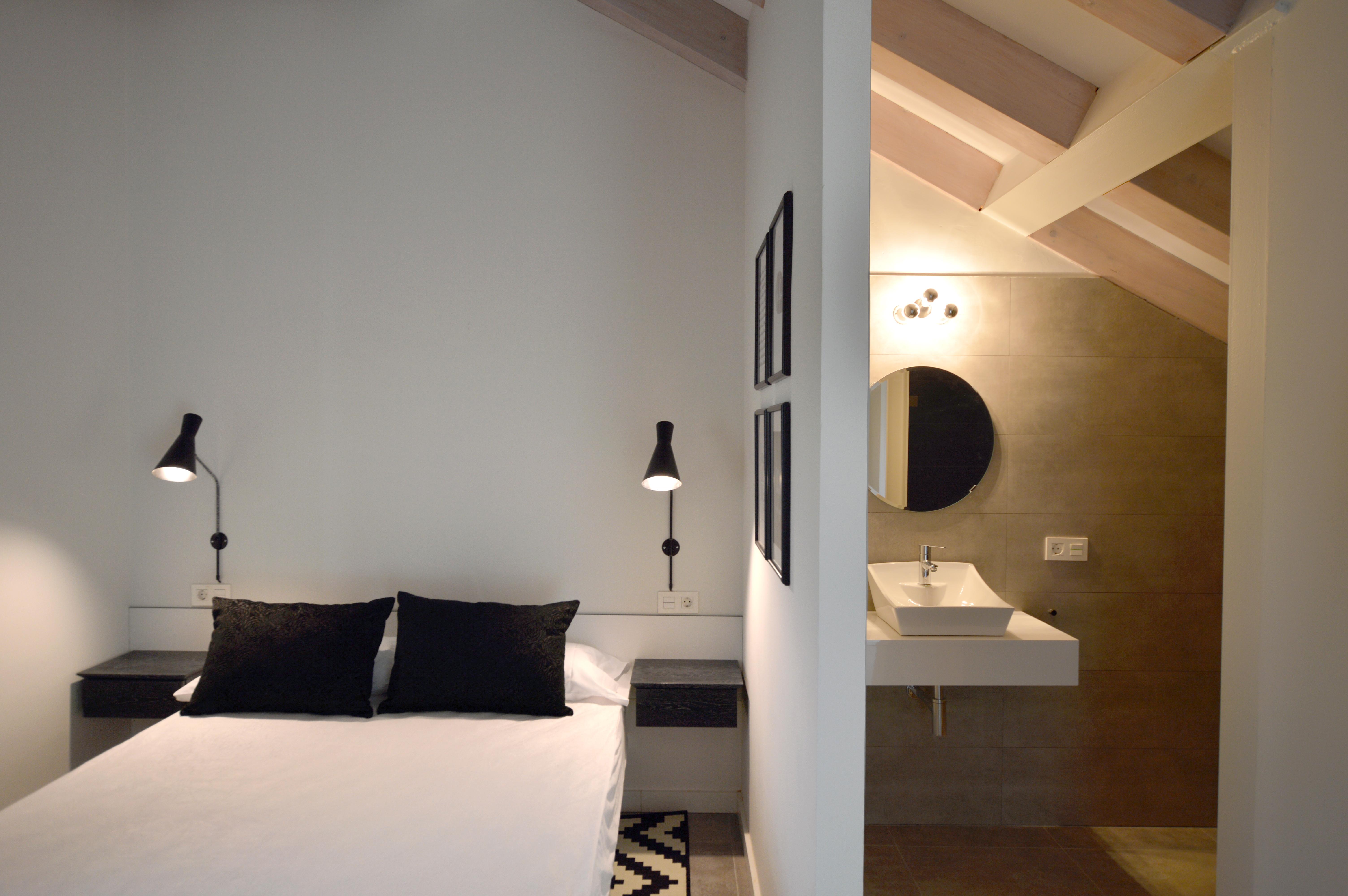 interiorismo en blanco y negro. Habitacion de diseño
