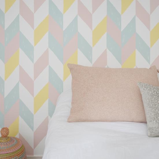 papel-pintado-con-cojines-habitacion